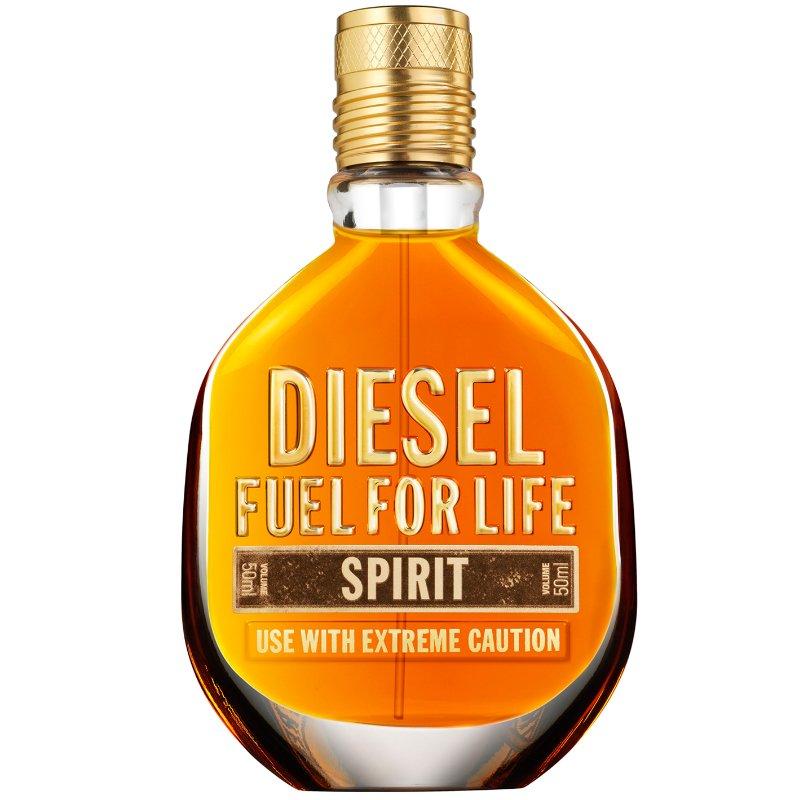 Fuel For Life SpiritDiesel<br>Производство: Франция Семейство: восточные фужерные Верхние ноты:  Бергамот, Корица Средние ноты:  Ирис, Апельсиновый цвет Базовые ноты:  Ладан,  Амбра, древесные ноты Fuel For Life Spirit - так названа новая версия оригинального мужского аромата Fuel For Life от Diesel 2007 года. Новый аромат анонсируется как интенсивный, мужественный, таинственный, сексуальный и неистовый, настоящий афродизиак. Композиция новинки создана парфюмером Fabrice Pellegrin. Она описывается как огненный восточный фужер со свежим цитрусовым стартом, цветочным сердцем и древесной базой. Аромат открывается аккордами грейпфрута и горько-сладкой корицы. В его сердце - флердоранж и ирис, а база состоит из амброво-древесных нот и ладана.<br><br>Линейка: Fuel For Life Spirit<br>Объем мл: 75<br>Пол: Мужской<br>Аромат: восточные фужерные<br>Ноты: Бергамот, Корица,  Ирис, Апельсиновый цвет,  Ладан,  Амбра, древесные ноты<br>Тип: туалетная вода-тестер<br>Тестер: да