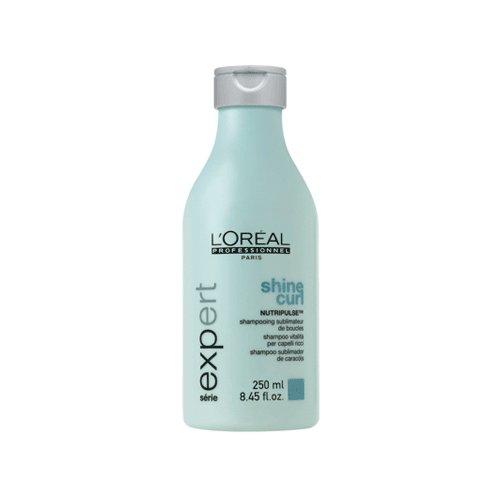 Curl Contour ShampooLOreal<br>Производство: Великобритания Curl Contour Shampoo - шампунь для вьющихся волос от L`Orеal хорошо пенится, нежно очищает волосы, питая и укрепляя структуру. С ним, упругие локоны выглядят объемно. Хорошо расчесываются, выстраиваясь в ряды послушных завитков. Шампунь избавляет от ломкости, увлажняет не допуская сухости. Применение: Равномерно распределите шампунь по влажным волосам и вспеньте. Тщательно смойте. При необходимости повторите процедуру.<br><br>Линейка: Curl Contour Shampoo<br>Объем мл: 250<br>Пол: Женский