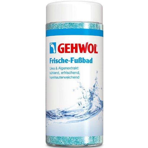 Frische FussbadGehwol<br>Производство: Германия Frische Fussbad (Освежающая Ванна для ног) от Gehwol. <br>Освежающая  Ванна для ног (Frische-Fussbad) оживляющая ноги и обеспечивающая  длительную свежесть благодаря содержанию ментола. Средство устраняет  неприятный запах ног и интенсивно очищает кожу. Мочевина и экстракт  водорослей обеспечивают дополнительную влагу сухой, потрескавшейся коже,  смягчают мозоли и рубцы. При регулярном использовании ноги надолго  остаются здоровыми и ухоженными. Освежающая Ванна придает ногам свежесть  и охлаждает их. Новая ванна которую представила марка Gehwol состоит из  гранул, по консистенции почти как порошок, поэтому может легко  дозироваться. Рекомендуется для ухода за диабетической стопой.<br>Применение:<br>Одну  столовую ложку средства развести в 3-4 литрах воды и принимать ванну  ног в течение 15-20 минут. Для размягчения особо загрубевшей кожи и  мозолей рекомендуется брать двойное количество средства и принимать  ванну дольше. Для лечения мозолей и трещин рекомендуется дополнительно  использовать Мазь от трещин и Мозольный пластырь.  <br><br><br>Линейка: Frische Fussbad<br>Объем мл: 330 (гр.)<br>Пол: Унисекс
