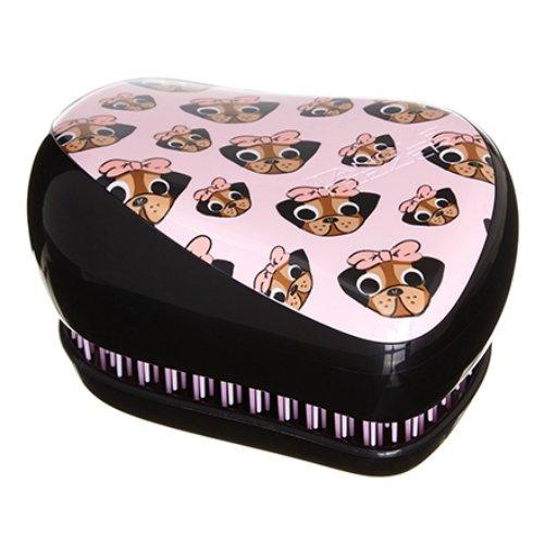 Compact Styler Collectables Pug LoveTangle Teezer<br>Производство: Великобритания Compact Styler Collectables Pug Love от Tangle Teezer -  создана в честь любимого мопса Шона Пи, основателя бренда. Расчёска  будет с вами, где бы вы ни находились! Благодаря компактной форме эта  расчёска поместится в любую сумочку, а плотно прилегающая крышка защитит  расчёску от пыли и повреждений. Эргономичная форма позволяет легко  расчёсывать как сухие, так и влажные волосы. Благодаря уникальному  строению зубчиков, расчёска мягко скользит по волосам, не повреждая и не  травмируя их. После использования расчёски волосы приобретают здоровый  вид и блеск, становясь гладкими и шелковистыми.  <br><br>Линейка: Compact Styler Collectables Pug Love<br>Объем мл: (90&amp;#215;68&amp;#215;50мм.)<br>Пол: Унисекс