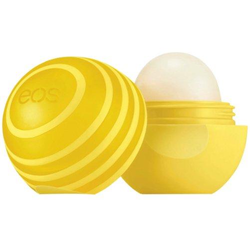Lemon TwistEOS<br>Производство: США Lemon Twist от EOS - бальзам для губ. В составе  бальзама Lemon Twist три ключевых компонента: ментол, камфора и экстракт  лимона. Они оказывают увлажняющие, обезболивающее, охлаждающее и  успокаивающее действие. Eos - популярный американский косметический  бренд, выпускающий бальзамы для губ с невероятными ароматами. Их  использование рекомендовано с целью профилактики обветривания.  Систематическое использование косметического продукта позволит  избавиться от сухости кожи и надежно защитит от неблагоприятного  воздействия мороза и солнца. Выраженное ранозаживляющие действие ускорит  процессы затягивания ранок и микротрещин.  <br><br>Линейка: Lemon Twist<br>Объем мл: 7 (гр.)<br>Пол: Унисекс