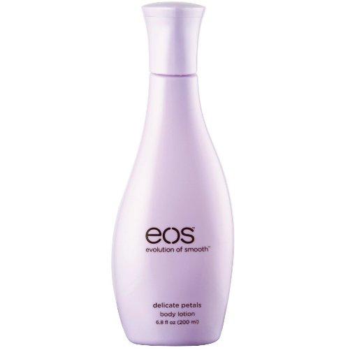 Delicate PetalsEOS<br>Производство: США Delicate Petals от EOS - лосьон для тела. Любая кожа,  даже самая здоровая, под воздействием негативных внешних факторов  нуждается в увлажнении. Выпускаемый американским брендом природной  косметики Eos Лосьон для тела Delicate Petals дарит нам прекрасную  возможность эффективно заботиться о своей коже, используя абсолютно  природные ингредиенты этого косметического средства. В его состав входят  целебный сок алоэ вера, глубоко увлажняющее кожу масло ши, масло  авокадо, масло какао, макадамии и лимона, а так же различные витамины и  вытяжки из растений. Благодаря своей натуральности, лосьон не вызывает  аллергических реакций и подходит к любому типу кожи. Лосьон быстро  впитывается в кожу, эффективно увлажняя ее на 24 часа и придавая ей  нежный, едва уловимый аромат цветочных лепестков.  <br><br>Линейка: Delicate Petals<br>Объем мл: 200<br>Пол: Унисекс