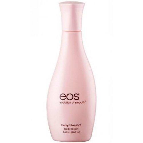 Berry BlossomEOS<br>Производство: США Berry Blossom от EOS - лосьон для тела. В состав  лосьона входит масло ши, интенсивно увлажняющее кожу, и целебное масло  макадамии,&amp;nbsp; целый комплекс различных антиоксидантов, витамины С и Е,  экстракт овсяных хлопьев и сок алоэ вера. Благодаря такому составу,  лосьон очень хорошо увлажняет кожу, проникая в глубокие слои эпидермиса,  и насыщает кожу полезными микроэлементами. В результате кожа становится  гладкой, сияющей и здоровой. Лосьон очень быстро впитывается, не  оставляя жирного следа ни на коже, ни на одежде. А очень приятный  фруктово-цветочный запах еще на некоторое время задерживается на коже,  придавая ей легкий, освежающий аромат.  <br><br>Линейка: Berry Blossom<br>Объем мл: 200<br>Пол: Унисекс