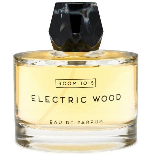 Electric WoodRoom 1015<br>Год выпуска: 2015 Производство: Франция Семейство: древесные пряные Верхние ноты:  Кедр, амброксан (Ambroxan) Средние ноты:  Смолы, Дуб Базовые ноты:  мускатный орех, Ирис Electric Wood от Room 1015 - это аромат для мужчин и женщин, принадлежит к группе ароматов древесные пряные. Этот аромат, Electric Wood выпущен в 2015 году. Чувственный, таинственный, Electric Wood - это и вправду запах рок-н-ролла. Тут и слегка чокнутые тусовщики полуподпольных рок-клубов, и горький сигаретный дым, и воздух ночных улиц, окутывающий мягкой летней свежестью не вполне трезвых любителей поздних вечеринок. Но в первую очередь это &amp;ndash; аромат красивой, фигурной гитары. Стартуя с нот амбры, Electric Wood переходит в увесистые, пышные аккорды кедра, сливаясь в сердце композиции с вязкими смолами. Не так ли пахнут меховые воротники на пальто рок-звезд? В базе аромата - пудровый ирис и мускатный орех. Electric Wood - это аромат, который будет сопровождать человека на протяжении всей ночи, и неважно, насколько горячей она была. Electric Wood был создан Am&amp;eacute;lie Bourgeois и Anne-Sophie Behaghel.  <br><br><br>Линейка: Electric Wood<br>Объем мл: 100<br>Пол: Унисекс<br>Аромат: древесные пряные<br>Ноты: Кедр, амброксан (Ambroxan),  Смолы, Дуб,  мускатный орех, Ирис<br>Тип: парфюмерная вода<br>Тестер: нет