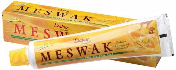 Miswak, аювердическая для комплексной защиты полости рта DaburDabur<br>Производство: Дания Индийская зубная паста Meswak Dabur эффективно защищает зубы от кариеса. Иеальное средство для превентивного массажа дёсен.<br>        <br> Индийская зубная паста Meswak Dabur эффективно защищает зубы от кариеса. Идеальное средство для превентивного массажа дёсен. Оказывает вяжущее и бактерицидное действие, снижает возникновение кариеса, уменьшает кровоточивость дёсен, оздоравливает полость рта, освежает дыхание. Имеет приятный вкус аниса.<br>В традициях Востока известна процедура чистки зубов веточками деревьев с антибактериальными свойствами. Чистящие палочки &amp;ndash; мисвак изготавливают из ветвей или корней дерева Сальвадора персидская (арак). Такие палочки очищают на 1см и разжевывают, придавая им форму кисточки для чистки зубов. Противоположный конец кисточки используют для полировки.<br>Паста Meswak содержит аюрведические травы. Без фтора. Систематическое использование пасты вернет вашим зубам природную белизну.<br>Salvadora persica (экстракт)&amp;nbsp; обладает уникальными целебными свойствами, подобно триклозану и хлоргексидину. Растение арак богато танином, флавоноидами, алкалоидами витамином С. Палочки Miswak снижают риск возникновения кариеса, обезболивают, устраняют запах изо рта, осветляют и полируют зубы. Они намного эффективнее и богаче активными веществами, чем веточки оливы, грецкого ореха и остальных целебных деревьев. Поэтому зубная паста Meswak Dabur &amp;ndash; идеальное средство для заботы о полости рта.<br>Состав продукта и правила применения указаны на упаковке.<br>Индийская косметика Дабур представляет из себя один из известнейших мировых марок, получивших признание и широчайшую любовь общественности. Специалисты Дабур предпринимают все, чтобы уход за телом с каждым днем был как можно более заметным и результативным. Долгие годы индийская косметика Dabur совершенствовалась, получала все новые знания и возможности, чтобы быть только полезной для люб