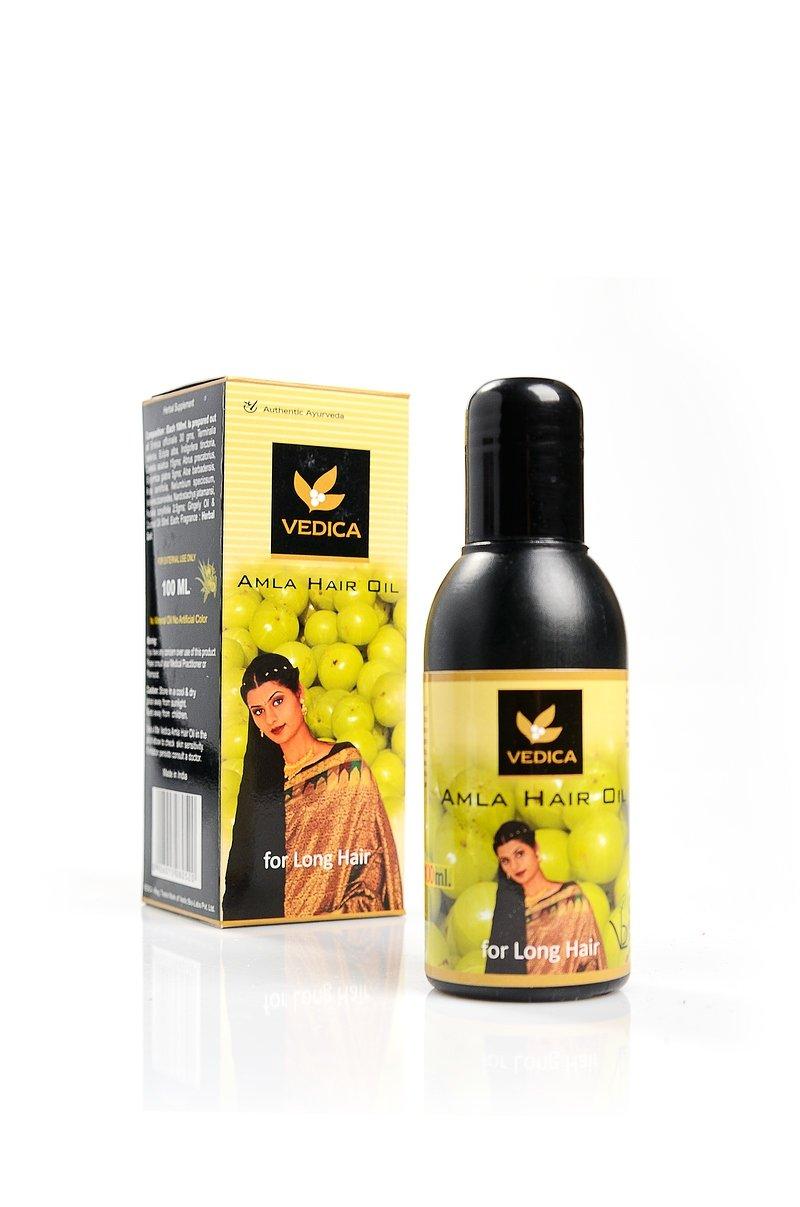Veda VedicaVeda Vedica<br>Производство: Дания Остановите выпадение волос уже сегодня! Аюрведическое маслоАмла— это крепкие, здоровые и сияющие волосы без седины и перхоти!.<br>        <br> Аюрведическое масло Амла от Veda-Vedica  – это мощная формула целебных трав, которая прекращает выпадение волос, эффективно восстанавливает их структуру и укрепляет корни. Создано на основе экстракта амлы (индийского крыжовника), известного активными антиоксидантными и оновляющими свойствами.Это  эффективное средство от облысения, помогающее в самых безвыходных ситуациях. Подлечивает кожу головы, повышая кровообращение и регенерацию пораженных клеток. Легко проникает в корни и волосы, обогащая их изнутри. Постепенно восстанавливает истощенные редеющие волосы, возвращая им блеск и силу, устраняет ломкость и сечение кончиков. Будучи  сильным антисептиком, амла активно  уничтожает самые устойчивые виды перхоти и предупреждает раннюю седину.  Продукт подходит для любых волос. Отлично впитывается и быстро смывается без всяких следов на волосах и коже. Рекомендуется для регулярного или курсового питания волос любого типа. Активные компоненты Амла (индийский крыжовник) эффективно борется с выпадением волос,  предупреждая раннюю седину. Восстанавливает поврежденные волосы, обогащает луковицы и ускоряет рост волос, ликвидирует стойкую перхоть. Возвращает волосам упругость, блеск и природную силу, формирует антисептическую защиту. Брингарадж— «король волос» – возрождает луковицы, прекращает даже  безнадежное облысение, проявляет их натуральный цвет и блеск. Охлаждает кожу, снимая раздражение и головную боль.Бибхитаки Бибхитаки — прекрасное средство от облысения и ранней седины, укрепляет структуру и рост волос, повышая их пышность и густоту.Индигофера устраняет перхоть и воспаления кожи головы, активизирует рост волос, придавая им натуральный блеск, мягкость и податливость при укладке.Готу кола  стимулирует кровоток и питает луковицы. Ускоряет обновление  клеток эпидермиса, ускоряя рост вол