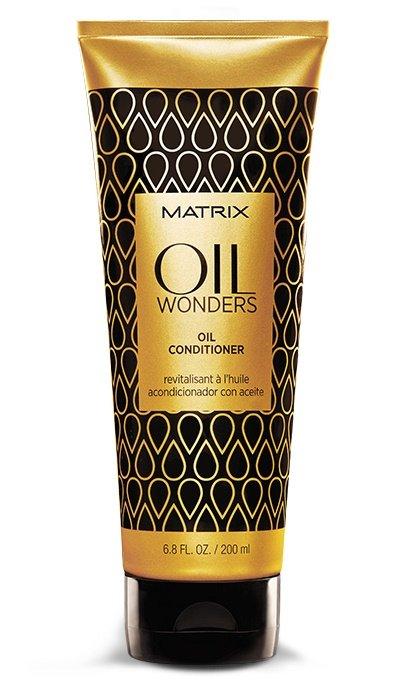MatrixMatrix<br>Производство: США Невесомый кондиционер Oil Wonders (Ойл Вандерс), обогащенный Марокканским аргановым маслом, возвращает волосам дисциплину, делает их мягкими на ощупь. Придает дополнительное сияние, разглаживая кутикулу волоса, тем самым упрощая процесс укладки.<br><br>Невесомое кондиционирование и питание волоса<br>Подходит для всех типов волос.<br><br>Способ применения: после использования шампуня с микро-каплями масла OIL WONDERS массирующими движениями нанести кондиционер на влажные волосы. Оставить на 1-3 минуты. Тщательно смыть. Для максимального персонализированного результата добавить в кондиционер 1-2 капли масла для окрашенных волос Египетский Гибискус или укрепляющего масла Индийское Амла или разглаживающего масла Амазонская Мурумуру, оставить на 1-3 минуты. Тщательно смыть.<br><br>Линейка: Matrix<br>Объем мл: 1000<br>Пол: Женский