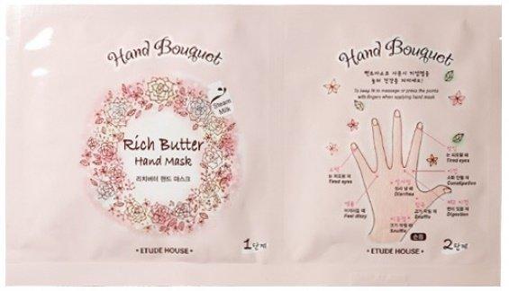 Hand Bouguet Rich butter Hand Mask1 Etude HouseEtude House<br>Тканевая маска-перчатки для рук от известного бренда ETUDE HOUSE поможет вам максимально увлажнить, освежить и быстро восстановить уязвимую кожу рук. Целебная пропитка перчаток содержит незаменимое масло ши, драгоценное масло оливок, сок лечащего алоэ, пантенол. Маска обладает тонким ароматом чайной розы, который окутает ваши пальцы. Благодаря этим корейским уходовым перчаткам кожа рук наполнится витаминами, и вы избежите возникновения раннего старения, тусклости, усталости рук, по которым обычно угадывается возраст женщины.<br>Благодаря сочетанию полезных ингредиентов ваши руки будут всегда &amp;laquo;шелковыми&amp;raquo; и ухоженными.<br>Масло ши/карите обладает увлажняющими, смягчающими, регенерирующими свойствами, поэтому эффективно замедляет старение дермы, регенерирует, стимулирует синтез коллагена, восстанавливает защитные функции, оберегает кожу от УФ-лучей. Масло ши улучшает обменные процессы, восстанавливает кожные покровы, придает вашей коже необыкновенную приятную бархатистость и гладкость. Уникальный состав карите делает эпидермис очень упругим, эластичным и помогает избежать неприятных кожных болезней. Рукам обеспечено здоровье в результате этого вида ухода. Драгоценное масло оливы обеспечивает высокую защиту от сухости и дарит жизненную энергию. После чего кожа становится бархатной, увлажненной, невероятно упругой и нежной. Экстракт алоэ вера обладает бактериостатическими, бактерицидными, увлажняющими, смягчающими, разглаживающими свойствами, способствует активации кровообращения, предотвращает нежелательные воспалительные процессы. Пантенол защищает кожу от воздействия раздражителей, залечивает повреждения.<br>Маска изготовлена из стопроцентного бамбукового волокна &amp;ndash; экологически чистого косметического материала. Глубоко увлажняет по типу легкого молочка.<br>Способ применения:&amp;nbsp;раскройте одну и вторую упаковку, выньте первую маску-перчатки и сразу же наденьте на руки. Хор