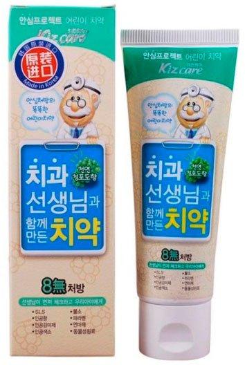 Kizcare 8-None Toothpaste (Grape) MukunghwaMukunghwa<br>Безопасная и эффективная, разработанная совместно с сеульским институтом стоматологии, зубная паста от Mukunghwa является одной из самых покупаемых в Корее. Она обеспечивает естественный и здоровый уход за полостью рта ребенка.<br>Зубная паста&amp;nbsp;укрепляет эмаль, устраняет неприятный запах, а также предупреждает воспаление десен и возникновение различных заболеваний, таких как кариес и гингивит.<br>В составе пасты нет SLS (лаурил сульфат натрия), фтора и других, вредных для детских зубов, компонентов.<br>Паста выпускается в двух ароматах:<br><br>Kizcare Mom Kissing Toothpaste Grape &amp;ndash; виноград<br>Kizcare Mom Kissing Toothpaste Strawberry &amp;ndash; клубника<br><br>Способ применения: нанести небольшое количество пасты на щетку, почистить зубы и хорошо прополоскать рот.<br><br>Линейка: Kizcare 8-None Toothpaste (Grape) Mukunghwa<br>Объем мл: 80<br>Пол: Женский