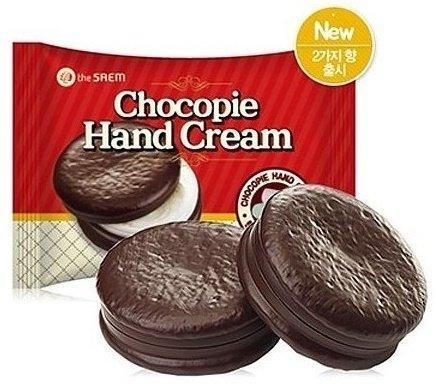 Chocopie Hand Cream Cookies &amp; Cream SaemSaem<br>Крем для рук в эксклюзивной упаковке в виде шоколадного печенья станет настоящим украшением вашей полочки с косметикой и любимым десертом для нежной кожи рук. Он превосходно увлажняет, питает и смягчает кожу, одновременно защищая ее от неблагоприятных воздействий внешней среды, что особенно необходимо в холодное время года. Cookies &amp; Cream (печенье со взбитыми сливками) – обладает нежнейшей текстурой и включает себя отшелушивающие частички в виде шоколадной крошки. В состав крема входят натуральные ингредиенты, не вызывающие аллергических реакций и не причиняющие ущерба здоровью. Продукт обладает восстанавливающим и омолаживающим действием, отлично разглаживает кожу и возвращает ей упругость. Даже сильно обветренная и поврежденная кожа рук под воздействием крема приобретет здоровый и ухоженный вид. Масло ореха макадамии, включенное в формулу крема, является природным источником антиоксидантов, поддерживающих молодость и красоту кожи. Оно эффективно устраняет шелушения и защищает кожу от воздействия низких температур и холодного ветра. Масло ши обладает увлажняющим и смягчающим действием и придает крему особую нежность. Масло какао оберегает руки от вредного воздействия ультрафиолетовых лучей, смягчает, увлажняет кожу и возвращает ей великолепную бархатистость. Усиливает действие природных масел экстракт алтея, способствующий укреплению местного иммунитета и обладающий противовоспалительными и осветляющими свойствами. При нанесении крем от косметической компании The Saem не образует эффекта жирной пленки, очень быстро впитывается и окутывает руки легким ароматом шоколадного десерта. Способ применения: небольшое количество крема нанесите на тыльную сторону ладоней и легкими массажными движениями распределите продукт по коже рук. Состав: Water, Stearic Acid, Glycerin, Dimeticone, Cetyl Ethylheaxnoate, Butylene Glycol, Macadamia Ternifolia Seed Oil, Cyclopentasiloxane, Caprylic/Capric Triglyceride, Butyrospermum Pa