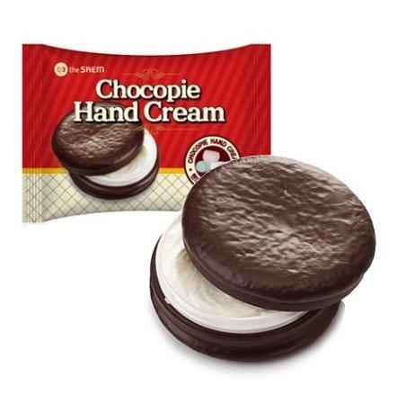 Chocopie Hand Cream Marshmallow SaemSaem<br>Крем для рук в эксклюзивной упаковке в виде шоколадного печенья станет настоящим украшением вашей полочки с косметикой и любимым десертом для нежной кожи рук. Marshmallow (зефир) – наполненное легкостью кремовое суфле мгновенно впитается в кожу и подарит вашим рукам истинное наслаждение.<br>        <br>Крем для рук в эксклюзивной упаковке в виде шоколадного печенья станет настоящим украшением вашей полочки с косметикой и любимым десертом для нежной кожи рук. Он превосходно увлажняет, питает и смягчает кожу, одновременно защищая ее от неблагоприятных воздействий внешней среды, что особенно необходимо в холодное время года.<br>Marshmallow (зефир) &amp;ndash; наполненное легкостью кремовое суфле мгновенно впитается в кожу и подарит вашим рукам истинное наслаждение.<br>В состав крема входят натуральные ингредиенты, не вызывающие аллергических реакций и не причиняющие ущерба здоровью. Продукт обладает восстанавливающим и омолаживающим действием, отлично разглаживает кожу и возвращает ей упругость. Даже сильно обветренная и поврежденная кожа рук под воздействием крема приобретет здоровый и ухоженный вид.<br><br>Масло ореха макадамии, включенное в формулу крема, является природным источником антиоксидантов, поддерживающих молодость и красоту кожи. Оно эффективно устраняет шелушения и защищает кожу от воздействия низких температур и холодного ветра.<br>Масло ши обладает увлажняющим и смягчающим действием и придает крему особую нежность.<br>Масло какао оберегает руки от вредного воздействия ультрафиолетовых лучей, смягчает, увлажняет кожу и возвращает ей великолепную бархатистость. Усиливает действие природных масел экстракт алтея, способствующий укреплению местного иммунитета и обладающий противовоспалительными и осветляющими свойствами.<br><br>При нанесении крем&amp;nbsp;от косметической компании The Saem&amp;nbsp;не образует эффекта жирной пленки, очень быстро впитывается и окутывает руки легким ароматом шоколадного десерта.<br>