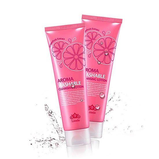 Aroma Washable cleansing lotion LioeleLioele<br>Лосьон для лица парфюмированный очищающий &amp;ndash; одна из новых разработок косметического бренда Lioele. Средство максимально бережно воздействует на дерму. Оно эффективно удаляет макияж, очищает поры от загрязнений, регулирует работу сальных желез.<br>В составе лосьона содержится экстракт грейпфрута, горькой полыни, портулака и тысячелистника. Данные компоненты подарят вашей коже свежесть, гладкой и шелковистость.&amp;nbsp;<br>Использование лосьона напоминает СПА-процедуру, только в домашних условиях. Чувства дискомфорта, стянутости и жирности после его применения не остается. Лосьон подходит для любой кожи, даже для самой чувствительной.<br><br>Экстракт грейпфрута, входящий в состав средства, насыщает кожу полезнейшими витаминами и минералами, тонизирует, очищает, мягко отшелушивает ороговевший слой кожи, контролирует выработку кожного жира и сужает расширенные поры.<br>Экстракты тысячелистника,&amp;nbsp;полыни&amp;nbsp;и&amp;nbsp;портулака&amp;nbsp;оказывают противовоспалительное действие, эффективно снимают покраснения и раздражения, снижают чувствительность кожи и повышают ее защитные функции.<br><br>Способ применения: нанести лосьон на влажную кожу лица и массировать 1-2 минуты легкими движениями, затем смыть теплой водой.<br><br>Линейка: Aroma Washable cleansing lotion Lioele<br>Объем мл: 120<br>Пол: Женский