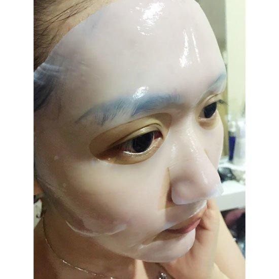 Coconut Jelly Vio-Xellose Facial Mask KocostarKocostar<br>Биоцеллюлезная маска Kocostar Coconut Jelly Vio-Xellose Facial Mask не имеет аналогов в мире косметических средств. Благодаря этому составляющему, кожа лица отлично увлажняется, а клеточная регенерация стимулируется. Активные компоненты, которые являются неотъемлемыми составляющими этого прекрасного косметического подспорья быстро и легко попадают в нужные слои эпидермиса. Полезный раствор маски идеально распределяется по всей поверхности лица (а все это свойства био целлюлозы).<br>Эффект второй кожи на все 100% обеспечивает отличное прилегание к лицу. Упругостью и подтянутостью-вот, чем будет блистать Ваша кожа, ведь коллаген и эластан вырабатываемые под действием гиалуроновой кислоты будут сохранятся на нужном уровне, на протяжении длительного периода времени.<br>Ранки и микро трещинки будут быстро заживляться за счет бактерицидного действия масла ши. Кроме этого, данное масло питает и омолаживает нежный кожный покров лица. Тон кожи станет ровным и разгладится в два счета, а омертвевшие клетки быстро отшелушатся (фруктовые кислоты).<br>Эта маска сочетает в себе несколько функций, и Вы сами не заметите, как всего за одно применение Ваше лицо преобразится в лучшую сторону (кожа начнет сиять здоровым блеском, а мелкие морщинки быстро исчезнут).<br>Способ применения: после завершения этапов очищения и тонизирования аккуратно расправьте маску на коже лица, оставьте для воздействия на 20 минут. Снимите маску и аккуратно вмассируйте остатки эссенции в кожу.<br>Состав: Water, Butylene Glycol, Glycerin, PEG/PPG-17/6 Copolymer, Glycereth-26, Glyceryl Caprylate, Scutellaria Baicalensis Root Extract, Panthenol, PEG-60 Hydrogenated Castor Oil, Phenoxyethanol, Xanthan Gum, Hydroxyethylcellulose, Allantoin, Tocopheryl Acetate, Sorbitol, Disodium EDTA, Fragrance, Sodium Hyaluronate, Polysorbate 20, Carica Papaya (Papaya) Fruit Extract, Hydrolyzed Collagen, Melissa Officinalis Leaf Extract, Arnica Montana Flower Extract<br>