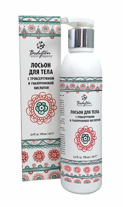 BodytonBodyton<br>Производство: Россия В основе средства лежит вода с соевым маслом, дополненная полисахаридами льна. Важными компонентами является гиалуроновая кислота и троксерутин. Дополнительно в формулу были включены экстракты зеленого чая с гибискусом, немного оливкового масла с экстрактом женьшеня и ванилина, с завершающим штрихом в виде эфирного апельсинового масла.<br>Косметика Бодитон была разработана на основе уникальных формул и рецептов, поэтому в ее составе исключительно натуральные компоненты и отсутствуют токсичные составляющие. Вы не найдете в составе ALES, синтетических отдушек или прочих консервантов. Весь товар прошел клинические испытания и сертификационные проверки.<br>Сочетание таких компонентов, как зеленый чай, гибискус и женьшень в виде экстрактов с полисахаридами льна и эфирным апельсиновым маслом, обеспечивает подтягивающее и укрепляющее действие на кожу. За счет троксерутина происходит укрепление капиллярных стенок, что предотвращает появление сосудистых сеточек на поверхности кожи. Благодаря своей структуре и функциям, гиалуроновая кислота обеспечивает усиление клеточной деятельности в области выработки коллагеновых и эластиновых волокон.<br>Регулярное применение лосьона позволяет уменьшать ломкость в капиллярах, обеспечивать повышение их тонуса. В результате вы получаете увлажненную, упругую и эластичную кожу. Для домашнего ухода за кожей предпочтительно использовать лосьон именно с низкомолекулярной гиалуроновой кислотой, известной своей способность к быстрому и легкому проникновению благодаря коротким молекулам.<br>Способ применения: лосьон в необходимом количестве равномерно наносится на предварительно очищенное и увлажненное тело либо при помощи влажных рук. Тщательно распределяется по массажным линиям по всей поверхности кожи и втирается. Использовать рекомендуется при вечерних уходовых процедурах. Препарат годен в течение 2 лет с момента его изготовления.<br>Состав:&amp;nbsp;вода, масло соевое, алкил малат, стеарет-2, цетиларилов