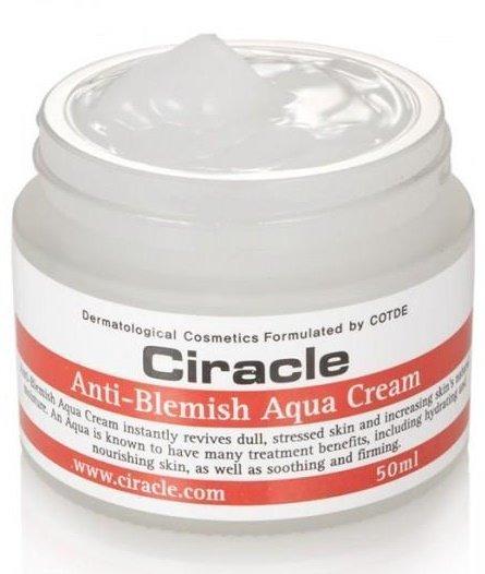 Anti Blemish Aqua Cream CiracleCiracle<br>За проблемной кожей лица требуется особый уход. Ее нужно не только тщательно очищать и питать, но и регулярно увлажнять. Крем для увлажнения проблемной кожи от Ciracle обладает всеми необходимыми свойствами для эффективного ухода.<br>Текстура крема нежная, легко и равномерно распределяется по кожи, быстро впитывается, не оставляет липкой пленки или жирного блеска.<br>Состав крема оптимально сбалансирован, его активные компоненты не только увлажняют кожный покров, но и нормализуют работу сальных желез, оказывают противовоспалительное действие, воздействуют на самые глубокие слои эпидермиса, успокаивая воспаления и раздражения.<br>Алоэ вера тысячелетиями считается растением красоты и жизни, которое создано природой для оздоровления кожи. При этом, регенерационные и биостимулирующие свойства алоэ признаны не только народной, но и официальной медициной.<br>Экстракт алоэ вера&amp;nbsp;подходит для ухода за любым типом кожи: увлажняет сухую, успокаивает чувствительную и раздраженную, способствует заживлению воспалений проблемной кожи, регулирует работу сальных желез жирной кожи, омолаживает зрелую.<br>Также в составе крема пантенол, аллантоин, масло лимона и гиалуроновая кислота<br>Крем&amp;nbsp;клинически протестирован, одобрен дерматологами, может использоваться даже для самой чувствительной кожи.<br>Способ применения: на очищенную кожу лица нанести легкими поглаживающими движениями.<br><br>Линейка: Anti Blemish Aqua Cream Ciracle<br>Объем мл: 50<br>Пол: Женский