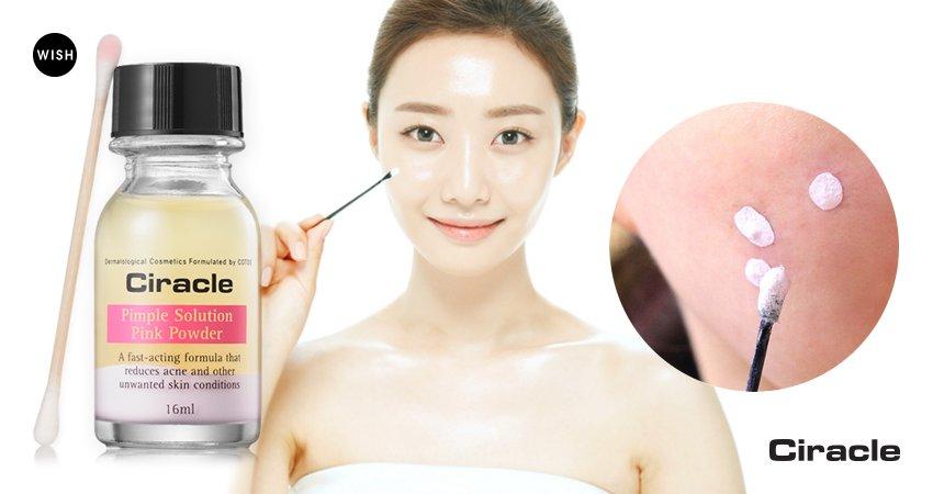 Pimple Solution Pink Powder CiracleCiracle<br><br>Средство для ухода за проблемными участками кожи, оказывает многоступенчатое действие: успокаивает воспаление и ускоряет его заживление, снимает покраснение и зуд, предупреждает дальнейшее распространение акне, а также оберегает ранку от проникновения в нее микробов и загрязнений.<br>В составе средства мощный противовоспалительный и антибактериальный комплекс:<br><br>Каламин&amp;nbsp;&amp;ndash; оказывает подсушивающее, обеззараживающее действие, уменьшает отеки, снимает раздражения и зуд, тормозит развитие патологических процессов, ускоряет регенерацию кожи, образует защитный слой, который препятствует действию раздражающих факторов, устраняет покраснения кожи.<br>Салициловая кислота&amp;nbsp;&amp;ndash; оказывает противовоспалительное, отшелушиваюшее и кератолитическое действие, обладает сильнейшим антибактериальным эффектом, поэтому эффективно справляется с лечением акне, растворяет кожный жир в порах; ускоряет регенерацию кожи.<br>Гликолевая кислота&amp;nbsp;&amp;ndash; отлично растворяет склеивающее клетки вещество, что позволяет ускорить обновление клеток и избавиться от мертвых частичек кожи, благодаря чему на поверхности остается новый, гладкий, помолодевший и более ровный слой кожи. Исчезают пигментные пятнышки, тонкие морщинки, появляется естественное свечение. Еще одно очень полезное свойство гликолевой кислоты &amp;ndash; ее увлажняющее действие, так как кислота обладает способностью увеличивать уровень гиалуроновой кислоты в коже.<br>Экстракт мяты&amp;nbsp;&amp;ndash; освежает кожу, оказывает успокаивающее и болеутоляющее действие, что особенно актуально для чувствительной кожи и кожи, подверженной возникновению разнообразных раздражений. Экстракт мяты уменьшает отечность, стирает с лица следы стрессов и усталости, дарит приятную прохладу.<br>Аллантоин&amp;nbsp;&amp;ndash; смягчает роговой слой, способствует удалению отмерших клеток, ускоряет регенерацию, оказывает антиоксидантное, антисептическое, проти