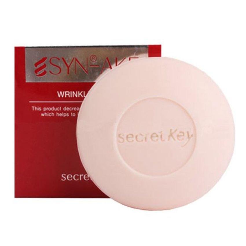 Secret KeySecret Key<br>Увлажняющее мыло с пептидом Syn-Ake замечательно ухаживает за вашей кожей, удаляя мертвые клетки с ее поверхности и стимулируя клеточное обновление. После использования мыла кожа становится мягкой, шелковистой и эластичной. Регулярное умывание мылом со змеиным пептидом заметно разглаживает кожу, уменьшая глубину морщин. Антивозрастное омолаживающее мыло, содержащее синтетический пептид SYN-AKE сходный по структуре со змеиным ядом. Благодаря этому компоненту мыло не только эффективно очищает кожу от любых загрязнений, кожного жира, макияжа, но и затормаживает процесс старения кожи. Мыло имеет в составе натуральные компоненты, благодаря этому оказывает легкое пилинговое действие, нежно отшелушивает ороговелости, мертвые клетки кожи. Увлажняющее мыло с пептидом Syn-Ake замечательно ухаживает за вашей кожей, удаляя мертвые клетки с ее поверхности и стимулируя клеточное обновление. После использования мыла кожа становится мягкой, шелковистой и эластичной. В составе мыла уникальный косметический компонент – пептид Syn-Ake. Действуя аналогично змеиному яду, пептид блокирует сокращения мышц и расслабляя мимическую мускулатуру, благодаря чему морщины разглаживаются изнутри, а также предотвращается образование новых морщин. Syn-Ake является безинъекционным аналогом уколов ботокса. Только, в отличие от ботокса, у которого есть различные противопоказания, змеиный пептид абсолютно безопасен. Регулярное умывание мылом со змеиным пептидом заметно разглаживает кожу, уменьшая глубину морщин. Активные компоненты: пептид Syn-Ake, экстракты алоэ вера, зеленого чая, портулака, ромашки, центеллы азиатской, масло ши (карите), аденозин, ниацинамид, аргинин, арбутин, витамин Е. Способ применения: вспеньте мыло до образования густой пены руками или с помощью сеточки для взбивания пены или спонжика для умывания. Нанесите на кожу, нежно помассируйте и смойте водой.<br><br>Линейка: Secret Key<br>Объем мл: 100<br>Пол: Женский