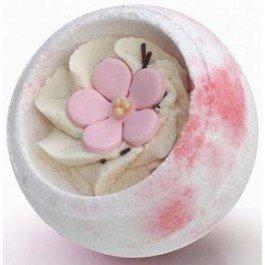 Сакура БерегиняБерегиня<br>Эта бомбочка нежна и трогательна, а ванна с ней подарит незабываемое удовольствие. Лёгкий &amp;nbsp;цветочный аромат &amp;nbsp;приятен и ненавязчив!.<br>        <br>Этот шарик украшен цветком нежной сакуры, выполненной из сахарной мастики, обязательно поднимет настроение, поможет забыть невзгоды и настроиться на позитивный лад!Шарик для ванн с нежной помадкой внутри, который растворяясь в воде шипит, наполняя ванну тонким ароматом. Нежный крем содержит большое количество масла какао и ши, он медленно тает в тёплой воде, образуя небольшую сливочную пенку. Питательные масла помогут сделать вашу кожу нежной и гладкой.Масло какао способствует омолажению кожи, уменьшению небольших косметических дефектов, поддерживает гидролипидный баланс кожи.Масло ши (карите) - отличный смягчающий и защитный компонент, увлажняет и замедляет старение кожи. Известно и как природный солнцезащитный фильтр.<br>Способ применения:&amp;nbsp;наполните ванну теплой водой комфортной температуры, опустите шарик в воду.Состав:&amp;nbsp;сода пищевая, кислота лимонная, соль, крахмал кукурузный, какао масло, масло ши, воск эмульсионный, парфюмерная композиция, сахар, шоколад (декор), краситель пищевой*.<br>*Использованы мягкие безопасные пищевые красители, не оставляющие следов на коже и ванне.<br><br>Линейка: Сакура Берегиня<br>Объем мл: 130<br>Пол: Унисекс