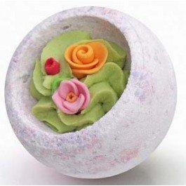 Цветочная корзина БерегиняБерегиня<br>Эта бомбочка необыкновенно нежна и красива, а ванна с ней подарит незабываемое удовольствие.<br>        <br>Этот шарик украшен яркими цветами из сахарной мастики, он обязательно &amp;nbsp;поднимет настроение, поможет забыть невзгоды и настроиться на романтический лад!Шарик для ванн с нежной помадкой внутри, который растворяясь в воде шипит, наполняя ванну тонким ароматом. Нежный крем содержит большое количество масла какао и ши, он медленно тает в тёплой воде, образуя небольшую сливочную пенку. Питательные масла помогут сделать вашу кожу нежной и гладкой.Масло какао способствует омоложению кожи, уменьшению небольших косметических дефектов, поддерживает гидролипидный баланс кожи.Масло ши (карите) - отличный смягчающий и защитный компонент, увлажняет и замедляет старение кожи. Известно и как природный солнцезащитный фильтр.<br>Способ применения:&amp;nbsp;наполните ванну теплой водой комфортной температуры, опустите шарик в воду.Состав:&amp;nbsp;сода пищевая, кислота лимонная, соль, крахмал кукурузный, какао масло, масло ши, &amp;nbsp;гидролат василька, эфирное масло лаванды, воск эмульсионный, сахар, краситель пищевой*.<br>*Использованы мягкие безопасные пищевые красители, не оставляющие следов на коже и ванне.<br><br>Линейка: Цветочная корзина Берегиня<br>Объем мл: 130<br>Пол: Унисекс