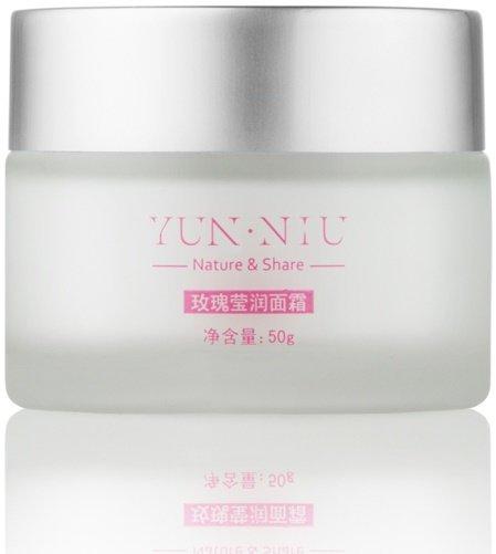 Yun-NiuYun-Niu<br>Производство: Китай Масло Ши (также называется масло Каритэ) — масло, получаемое из плодов африканского сального дерева каритэ. Характеризуется высоким содержанием неомыляемых жиров (до 17%), что определяет антиокислительную и регенерирующую активность масла. Экстракт розового масла - стимулирует природные функции кожи, побуждая ее к регенерации, восстанавливает эпидермис. Розовое масло эффективно для ухода за сухой и чувствительной кожей.<br>        <br>Масло Ши&amp;nbsp;(также называется масло Каритэ)&amp;nbsp;&amp;mdash; масло, получаемое из плодов африканского сального дерева каритэ. Характеризуется высоким содержанием неомыляемых жиров (до 17%), что определяет антиокислительную и регенерирующую активность масла. Обладает противовоспалительным, смягчающим и эффектом УФ-фильтров действием. Компоненты масла Ши активизируют регенерацию эпидермиса, положительно влияют на синтез коллагена дермы, в результате чего повышается упругость кожи, разглаживаются мелкие морщинки.<br>Экстракт розового масла&amp;nbsp;-&amp;nbsp;стимулирует природные функции кожи, побуждая ее к регенерации, восстанавливает эпидермис. Розовое масло эффективно для ухода за сухой и чувствительной кожей.<br>Действие:<br><br>Увлажняет<br>Защищает<br>Восстанавливает<br>Разглаживает<br>Повышает упругость<br>Питает<br>Устраняет пигментацию&amp;nbsp;<br><br>Какие проблемы решает:&amp;nbsp;<br><br>обеспечивает антиоксидантное действие;<br>усиливает защитные функции кожи;<br>увлажняет кожу;<br>выравнивает микрорельеф кожи;<br>уменьшает глубину морщин;<br>устраняет шелушение и&amp;nbsp;ощущение стянутости;<br>защищает кожу от&amp;nbsp;УФ-лучей;<br>устраняет пигментацию;<br>замедляет процесс увядания кожи.<br><br>Способ применения:<br><br>нанести небольшое количество крема на&amp;nbsp;чистую кожу лица и&amp;nbsp;шеи;<br>впитать лёгкими похлопывающими движениями.<br><br>Состав:&amp;nbsp;вода, экстракт розы, масло жожоба, витамин B5, гидрогенизированное масло Ши, экстракт центеллы азиатской, 