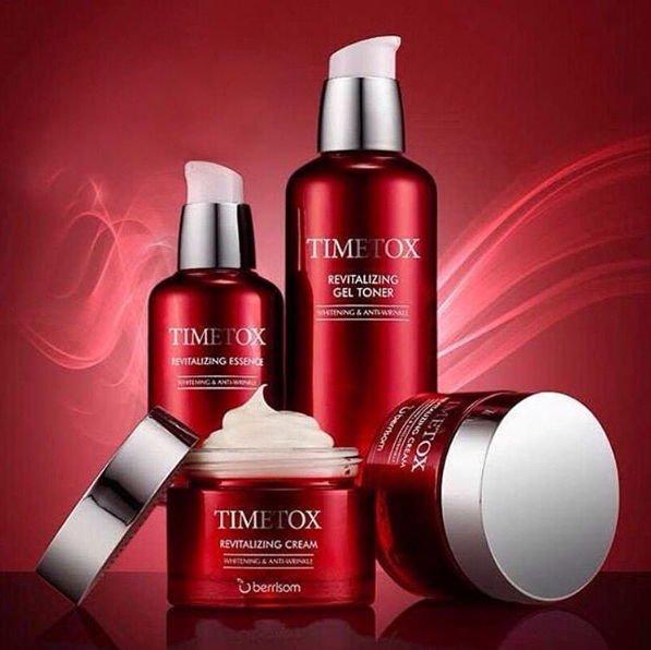 Timetox Revitalizing Cream BerrisomBerrisom<br>Крем из омолаживающей линейки Berrisom Timetox Revitalizing помогает буквально как ластикомстереть следы старения. Изготовлен с применением специальной мулькапсульной технологии, позволяющей питательным компонентам проникать в глубокие слои кожи. Идеально подходит для обезвоженной кожи,  при воздействии УФ-облучения, а также для кожи с явными признаками старения. Активно защищает Вашу кожу от увядания и пересыхания, насыщает клетки влагой, тем самым увлажняя ее на длительное время. Повышает упругость и эластичность кожи, обеспечивает омолаживающий эффект. Легко впитывается и придает коже здоровое сияние.<br>        <br>Уменьшить реальный биологический возраст человека невозможно, а вот &amp;laquo;стереть&amp;raquo; с лица несколько лет поможет серия восстанавливающей косметики Timetox Revitalizing от Berrisom. Уникальный комплекс компонентов, а также мультикапсульная технология буквально поворачивают время вспять, повышая способность кожи к самовосстановлению. Крем Timetox Revitalizing интенсивно увлажняет и питает кожу, способствует разглаживанию морщин и осветлению пигментации, а также защищает от вредного воздействия окружающей среды и свободных радикалов.<br><br>компания Berrisom в своих косметических средствах использует Нони &amp;ndash; экзотический фрукт, источник натуральных антиоксидантов, микро- и макроэлементов, аминокислот, витаминов (всего больше 150 различных биологически активных веществ). Особый химический состав плода способствует очень высокому усвоению, кожа практически на 100% принимает этот фрукт. Благодаря своему составу, экстракт нони оказывает антиоксидантное, антимикробное, антистрессовое действие, помогает выводить токсины и другие вредные вещества. Восстанавливает жизненный тонус кожи, улучшает обменные процессы, замедляет старение клеток кожи.<br>в составе крема еще одни запатентованный компонент &amp;ndash; антиоксидантная AO5-формула из 5 экстрактов: экстракт энотеры стимулирует образование
