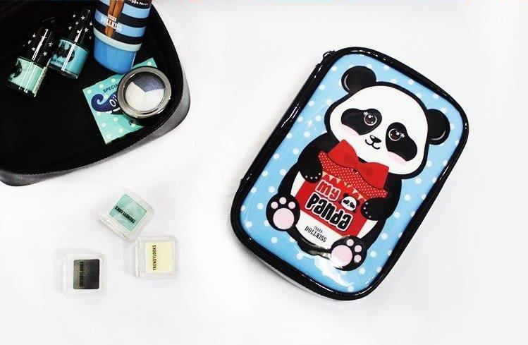 My Panda Beauty Pouch BaviphatBaviphat<br>Очаровательная косметичка с изображением панды станет настоящим украшением женской сумочки или туалетного столика. Ее яркие цвета поднимут настроение даже в самый пасмурный день. My Panda Beauty Pouch отличается компактными размерами и имеет удобную застежку. В ней вы сможете быстро найти необходимую вещь, не прилагая к этому особых усилий. Эта косметичка идеально подойдет для хранения полезных мелочей и различных аксессуаров.<br>        <br>Сегодня каждая женщина имеет в своем арсенале большое количество косметических средств, от крема для лица до лаков для ногтей, которые необходимо куда-то складывать и упорядочивать, чтобы в нужный момент легко найти все необходимое. С увеличением косметических средств, возникает большая необходимость в косметичке, которая выгодно и эргономично вместить всю женскую косметику.<br>Милая, компактная, вместительная косметичка с изображением панды My Panda Beauty Pouch от корейского бренда Baviphat станет незаменимым приобретением, как для юной девочки, так и взрослой женщины, украшая коллекцию стильных женских аксессуаров. В ней поместятся все самые необходимые средства уходовой и декоративной косметики, а также гигиенические средства. Косметичка станет незаменимой для хранения необходимых косметических средств, как в домашних условиях, так и во время путешествий.<br>Размер изделия 120*185*55мм.<br><br>Линейка: My Panda Beauty Pouch Baviphat<br>Объем мл: 100<br>Пол: Женский