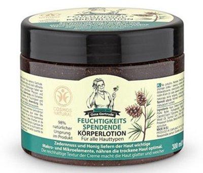 Крем для тела увлажняющий Рецепты Бабушки ГертрудыРецепты Бабушки Гертруды<br>Специально предназначен для интенсивного увлажнения, улучшения состояния и качественного ухода за кожей. Содержание в креме пчелиного меда и богатого на макро- и микроэлементы кедра позволяет эффективно питать кожу, тогда как насыщенная текстура этого средства помогает ей стать более мягкой и гладкой. Средство практически полностью состоит из ингредиентов натурального происхождения, которые составляют 98% его состава.<br>        <br>Все продукты этой косметической серии были разработаны на основе рецептов и многолетнего опыта приготовления домашней косметики бабушки Гертруды. Она живет на юге Германии и на протяжении всей своей жизни занимается изучением разных целебных трав и растений, используя их для создания своих продуктов.<br>Одним из таких средств стал специальный увлажняющий крем для тела из серии Рецепты бабушки Гертруды с природными компонентами в составе. Он обладает способностью интенсивно насыщать кожу влагой и питательными веществами, делая более нежной и гладкой. Благодаря содержанию кедра, который богат на витамины, макро- и микроэлементы, является ценным источником полиненасыщенных жирных кислот и обладает антиоксидантными свойствами, кожный покров получает необходимое увлажнение, питание, защиту от увядания и хорошо смягчается. Присутствие органического экстракта меда, обладающего высокой биологической ценностью, позволяет нормализовать процессы обмена веществ в клетках, при этом кожа омолаживается и становится более эластичной и упругой.<br>Способ применения: нанесите на сухую чистую кожу легкими массирующими движениями.<br>Состав: Aqua, Cetearyl Alcohol, Octyldodecanol, Glyceryl Stearate, Butyrospermum Parkii Butter, Hydrogenated Starch Hydrolysate, Glycerin, Coco-Caprylate/Caprate, Caprylic/Capric Triglyceride, Thuja Occidentalis Extract*, Mel*, Tocopherol, Cedrus Deodara Wood Oil, Xanthan Gum, Citric Acid, Sodium Stearoyl Glutamate, Sodium Benzoate, Potassium Sorbate,