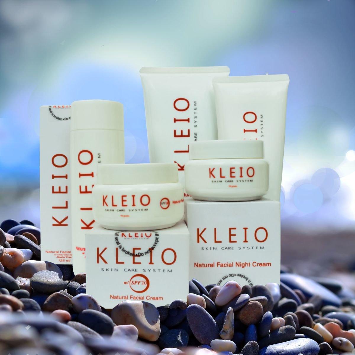 Natural Facial Cream with SPF50 KleioKleio<br>Дневной крем для лица, увлажняющий, питательный с&amp;nbsp;плотной текстурой обладает сильными солнцезащитными свойствами. Он сохраняет естественную увлажненность и обеспечивает влагу в растущих клетках кожи, одновременно защищает кожу от вредного воздействия солнечных лучей с помощью солнечных фильтров. Разглаживает, придает коже лица яркость и выравнивает ее текстуру. Подходит для всех типов кожи, а также для особенно чувствительной кожи с морщинами<br>Благодаря содержащимся в составе крема натуральным природным активным веществам, минералам и солям Мертвого моря в сочетании с деионизированной водой чистейшего моря Сулу, он превосходно сохраняет естественную увлажненность Вашей кожи, при этом, в случае необходимости, замечательно увлажняет и питает кожу в течение всего дня, снимает раздражение, укрепляет, успокаивает и способствует регенерации кожного покрова. После применения крема быстро нормализуется гидробаланс и функциональность эпидермиса: улучшается работа эпидермальных липидов в роговом слое кожи, способных удерживать свободную влагу, вследствие чего повышается активность ферментов, которые способствуют максимально эффективному усвоению витаминов и минералов.<br>В результате блокируется процесс дегидратации (обезвоживания) и значительно улучшается общее состояние кожи: разглаживается, повышается упругость и эластичность, появляется естественный цвет лица и яркость, выравнивается текстура. Также улучшается состояние кислотной мантии (кислая гидролипидная защитная пленка) и уравновешивается Ph баланс, что в свою очередь приведет к повышению собственного иммунитета кожи, защищая ее от воздействия различных неблагоприятных факторов окружающей среды.<br>В результате нормализации водного баланса кожи значительно улучшится ее десквамация (отшелушивание и отслаивание отмерших клеток с поверхности рогового слоя кожи), вследствие чего кожа достигает заметного омолаживающего эффекта. С помощью усиленного минерального УФ-ф