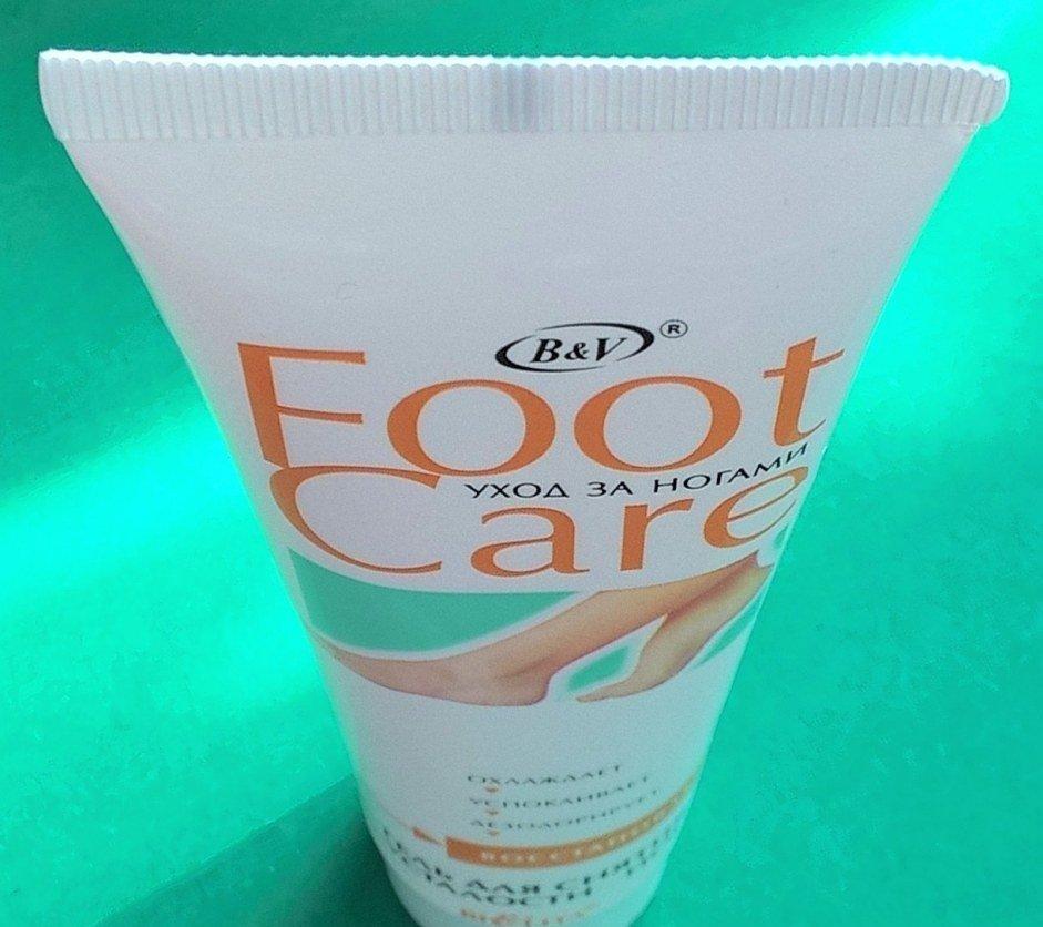 Care гель для снятия усталости ног БелитаБелита<br>Насыщенный высокоактивный гель предназначен для снятия дневной тяжести и усталости ног. Действие его проявляется незамедлительно и продолжается в течение 30-40 минут. Активные компоненты и их действие: эфирные масла (чайное дерево, мята, эвкалипт) — антисептическое, успокаивающее действие, быстро снимают усталость; миндальное масло, масло лесного ореха — смягчение, питание, увлажнение; ментол — охлаждающий эффект.<br>        <br>Восстановить кожу ног, сбросить с них &amp;laquo;гири&amp;raquo; усталости, вернуть силы и вновь идти по улице красивой летящей походкой поможет вам приятно охлаждающий гель Bielita Foot Сare. Насыщенное активными природными компонентами средство быстро снимет дневную усталость с ног и подарит коже приятную бодрящую прохладу.<br>Насыщенный гель для снятия усталости ног начинает действовать с первых же минут после нанесения и продолжает дарить вашим ножкам отдых в течение 30-40 минут. Средство содержит бактерицидное масло чайного дерева, заживляющее масло эвкалипта и охлаждающее масло мяты. Масла миндаля и фундука интенсивно питают и увлажняют. Гель великолепно охлаждает, смягчает, успокаивает и дезодорирует кожу, обеспечивая вашим уставшим ножкам долгожданный полноценный отдых.<br>Способ применения: нанесите небольшое количество геля на чистую кожу массажными движениями<br>Состав: вода, спирт этиловый, ментол, карбомер, триэтаноламин, масло листьев Melaleuca Alternifolia (чайного дерева), масло Eucalyptus Globulus (эвкалипта), Масло лесного ореха, масло Mentha Piperita (мяты), масло Prunus Amygdalus Dulcis (сладкого миндаля), бензиловый спирт, метилхлоризотиазолинон, метилизотиазолинон<br><br>Линейка: Care гель для снятия усталости ног Белита<br>Объем мл: 100<br>Пол: Женский
