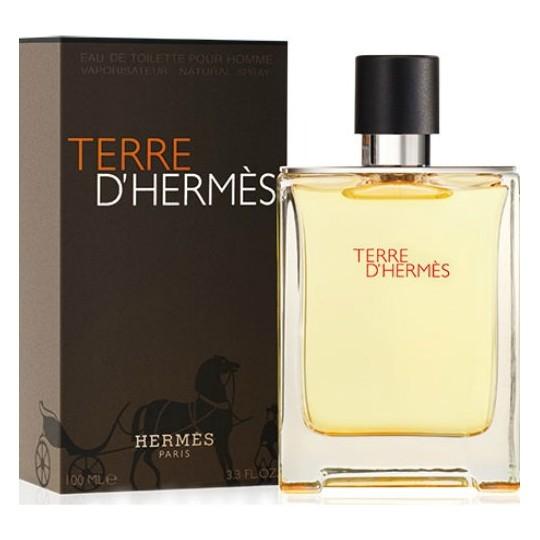 Terre D`HermesHermes<br>Год выпуска: 2006 Производство: Франция Семейство: древесные пряные Верхние ноты:  грейпфрут, апельсин Средние ноты:  масло перца, Пеларгония Базовые ноты:  Белый кедр, пачули, Ветивер, Бензоин Легкий парфюм для мужчин TerreD`Hermes с первых дней своего появления стал элитным образцом мужского благородного аромата. Он относится к «пряным» и «древесным» парфюмам. Верхние ноты звучат в апельсиново-грейпфрутовом тандеме, тогда как в сердце царит теплая герань с горчинкой перца, оттенком ветивера и пачули. Завершает композицию шлейф из благоухающего атласского кедра.<br>Парфюм Гермес Терре таит в себе свежесть степного ветра, влажности леса и манящий запах странствий. Он идеален для дневного и вечернего романтического образа.<br><br>Линейка: Terre D`Hermes<br>Объем мл: 100<br>Пол: Мужской<br>Аромат: древесные пряные<br>Ноты: грейпфрут, апельсин,  масло перца, Пеларгония,  Белый кедр, пачули, Ветивер, Бензоин<br>Тип: туалетная вода<br>Тестер: нет