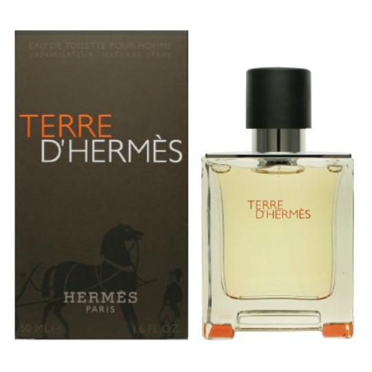 Terre D`HermesHermes<br>Год выпуска: 2006 Производство: Франция Семейство: древесные пряные Верхние ноты:  грейпфрут, апельсин Средние ноты:  масло перца, Пеларгония Базовые ноты:  Белый кедр, пачули, Ветивер, Бензоин Легкий парфюм для мужчин TerreD`Hermes с первых дней своего появления стал элитным образцом мужского благородного аромата. Он относится к «пряным» и «древесным» парфюмам. Верхние ноты звучат в апельсиново-грейпфрутовом тандеме, тогда как в сердце царит теплая герань с горчинкой перца, оттенком ветивера и пачули. Завершает композицию шлейф из благоухающего атласского кедра.<br>Парфюм Гермес Терре таит в себе свежесть степного ветра, влажности леса и манящий запах странствий. Он идеален для дневного и вечернего романтического образа.<br><br>Линейка: Terre D`Hermes<br>Объем мл: 50<br>Пол: Мужской<br>Аромат: древесные пряные<br>Ноты: грейпфрут, апельсин,  масло перца, Пеларгония,  Белый кедр, пачули, Ветивер, Бензоин<br>Тип: туалетная вода<br>Тестер: нет