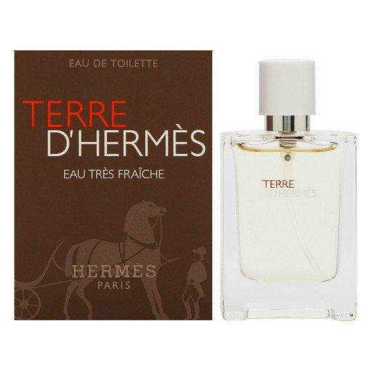 Terre D`Hermes Eau Tres FraicheHermes<br>Производство: Франция Семейство: древесные фужерные Верхние ноты:  Цитрусы, апельсин, ноты воды Средние ноты:  Герань Базовые ноты:  Белый кедр, пачули, древесные ноты В свет выходит Terre dHermes Eau Tres Fraiche, новая, более свежая версия одного из самых элегантных и любимых ароматов Hermes, Terre dHermes, созданного парфюмером Жан-Клодом Эллена (Jean-Claude Ellena) в 2006 году. Как отмечается в пресс-релизе Hermes, новый аромат базируется на том же чувственном противопоставлении свежих цитрусовых и теплых древесных нот, но обладает более непринужденным, свежим и акватическим характером.<br><br>Линейка: Terre D`Hermes Eau Tres Fraiche<br>Объем мл: 15<br>Пол: Мужской<br>Аромат: древесные фужерные<br>Ноты: Цитрусы, апельсин, ноты воды,  Герань,  Белый кедр, пачули, древесные ноты<br>Тип: туалетная вода<br>Тестер: нет
